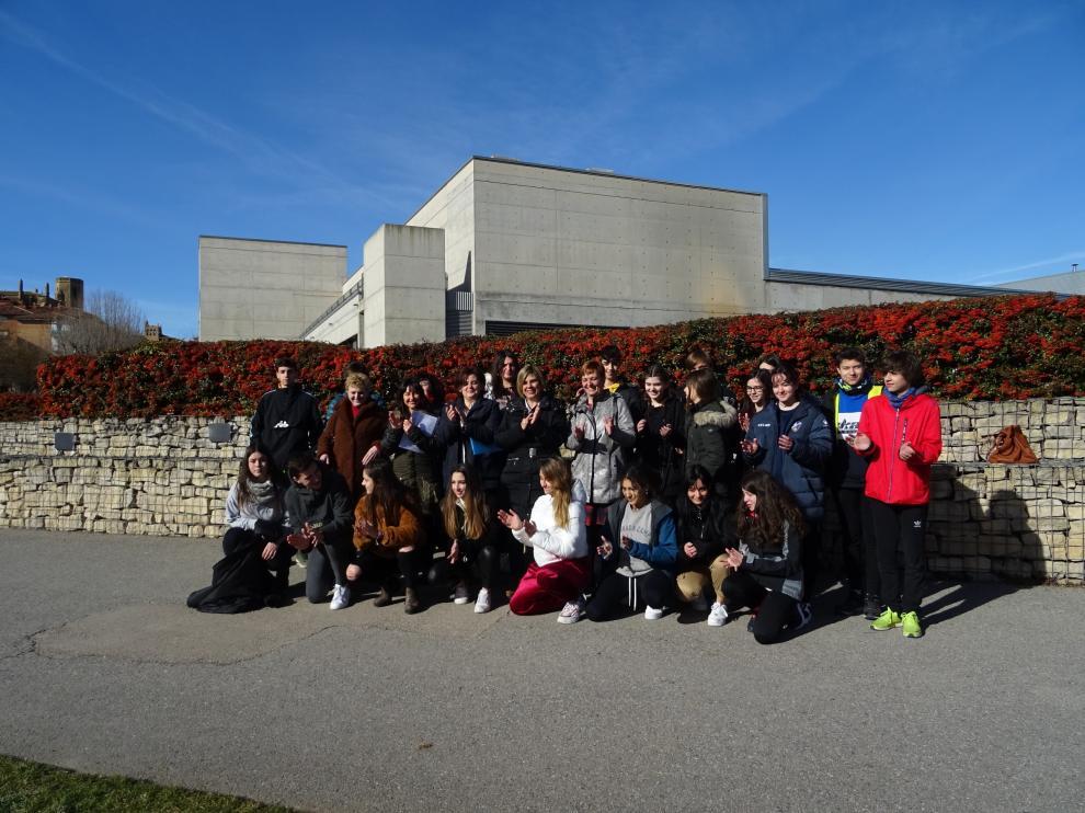 Los alumnos y profesores del IES Ramón y Cajal, junto a la concejala Yolanda de Miguel, en el homenaje en el parque Universidad