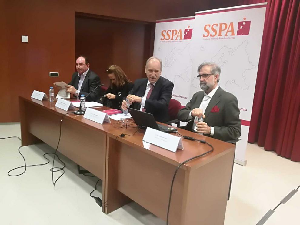 De derecha a izquierda, Herce, Torre, Pérez y Ros, durante la presentación del informe.