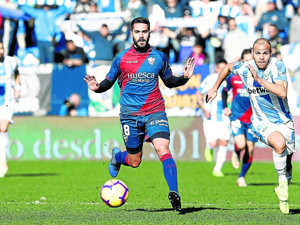 Pablo Insua, aplicado en labores defensivas durante el partido que jugó la Sociedad Deportiva Huesca en Leganés.