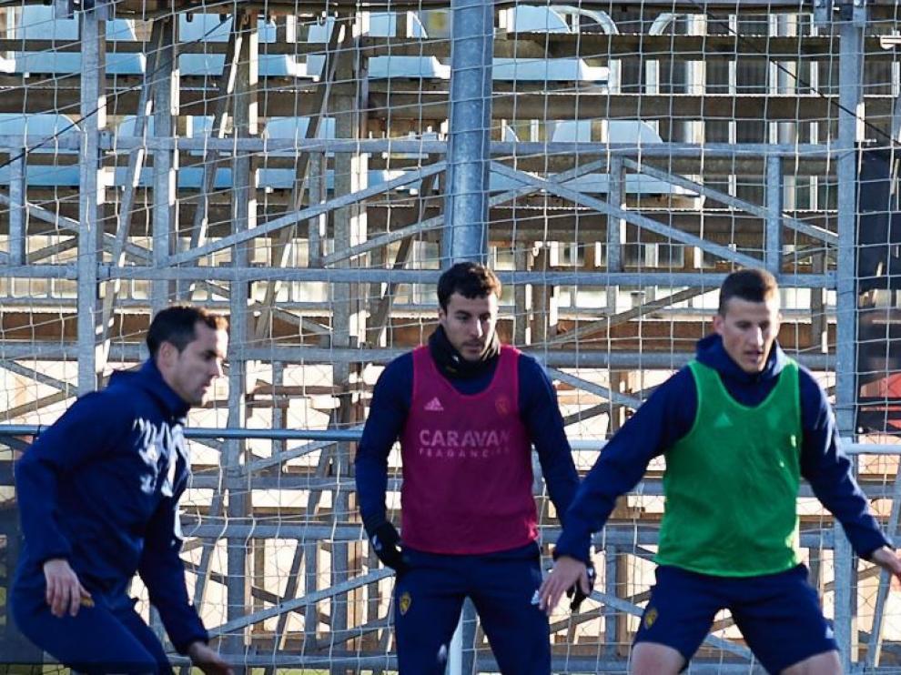 Linares, Aguirre y Nieto, al principio del primer entrenamiento de la semana del Real Zaragoza, en la tarde de este lunes en la Ciudad Deportiva.