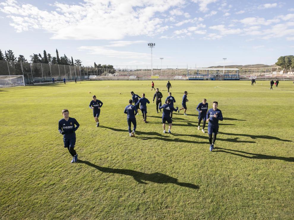 Los futbolistas del Real Zaragoza se ejercitan en las instalaciones de entrenamiento de la Ciudad Deportiva.