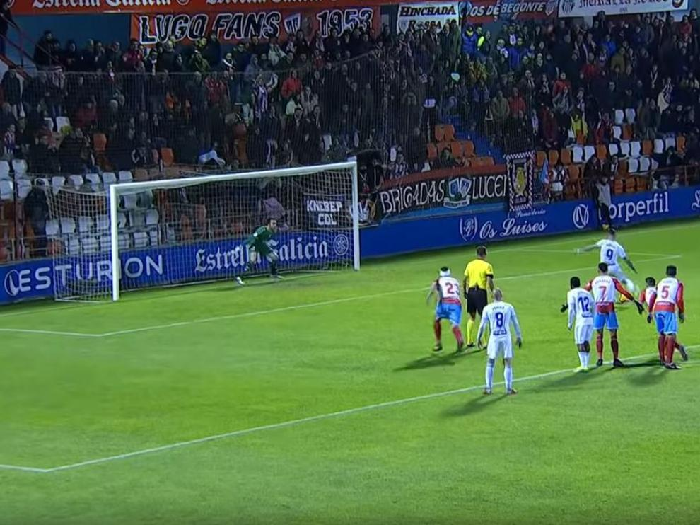Álvaro Vázquez, un segundo antes de lanzar el penalti que falló en Lugo. Vieira, el central del Lugo (con un vendaje en la cabeza), está a la altura del árbitro, Pulido Santana, que debió mandar repetir la pena máxima. El linier, al fondo, tampoco se entera de la circunstancia antirreglamentaria.