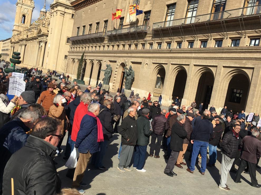 Dos centenares de jubilados, en la concentración de este lunes en la plaza del Pilar de Zaragoza.