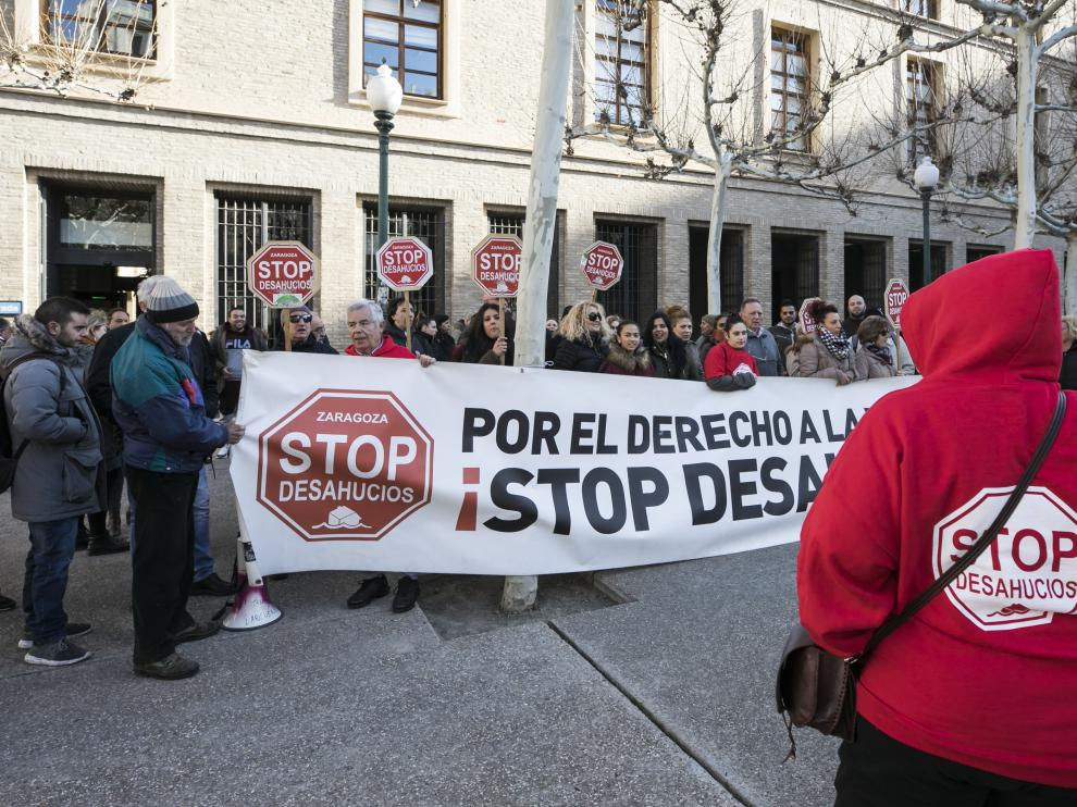Concentración de la plataforma Stop Desahucios, este lunes, frente a la sede de la DGA en Zaragoza.