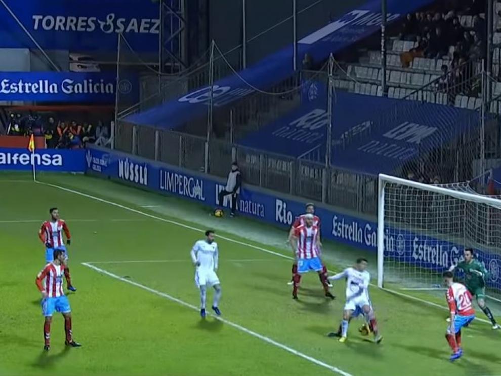 Momento en el que Aguirre ejecuta el taconazo entre las piernas de su marcador para asistir a Guitián en el 1-2 vencedor del Real Zaragoza en Lugo.
