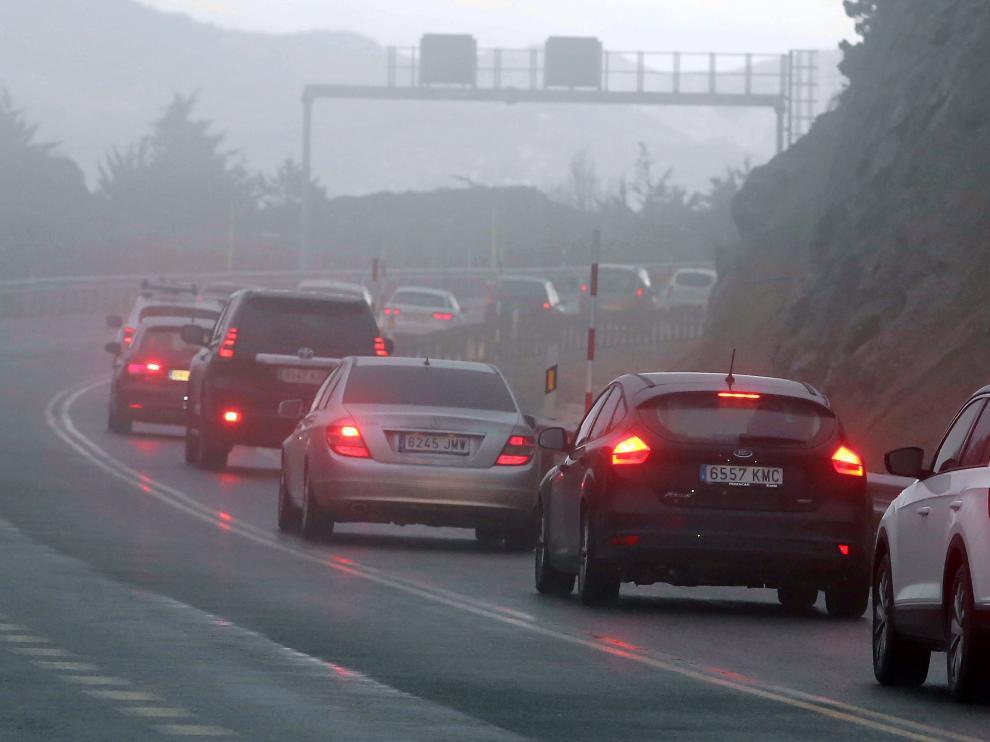 La niebla complicó también la circulación a los vehículos que regresaban del Pirineo
