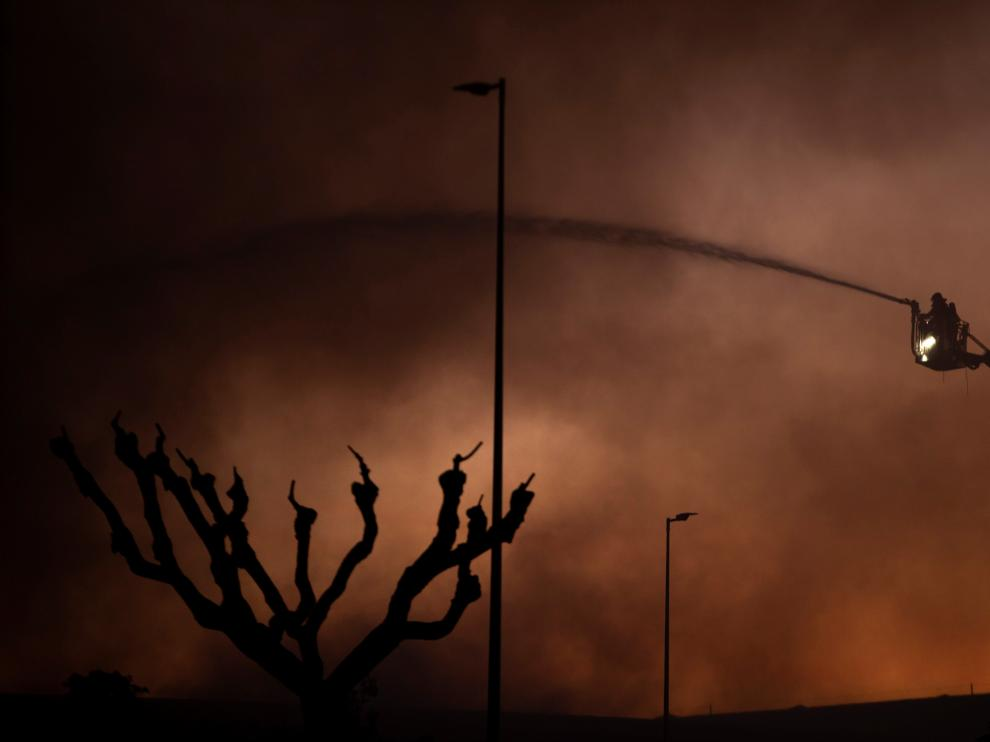 Un bombero trabajando en la extinción de las llamas