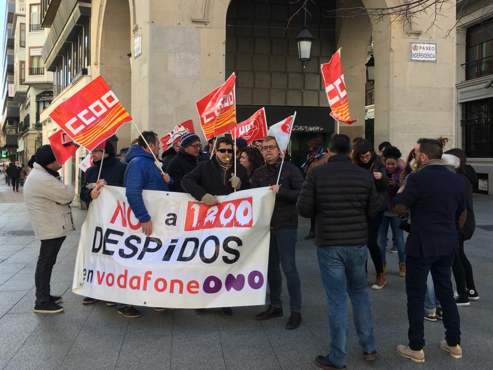 Los trabajadores de Vodafone han protestado este lunes en el paseo de la Independencia.