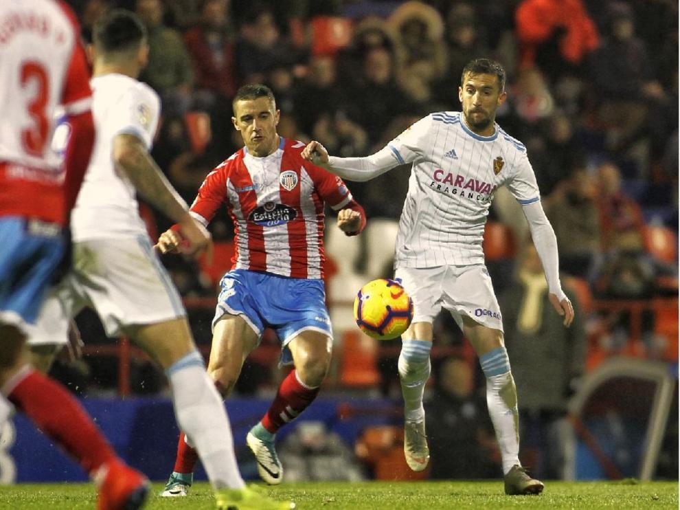 Benito, el pasado sábado en el Anxo Carro, en una jugada en la zona defensiva del Real Zaragoza ante la presión del Lugo.