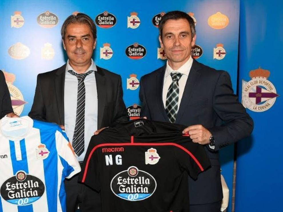 Natxo González, con Carmelo del Pozo, el día de su presentación como entrenador del Deportivo de La Coruña tras su polémica fuga del Real Zaragoza.