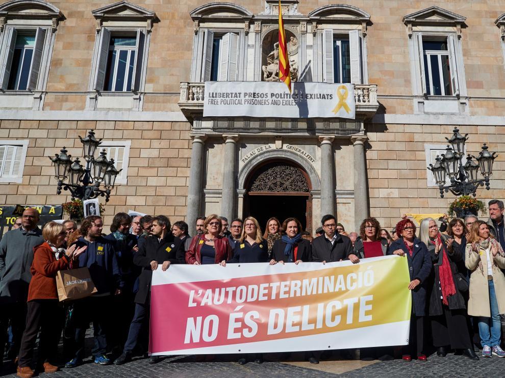 La alcaldesa de Barcelona, Ada Colau, durante la concentración llevada a cabo este martes.