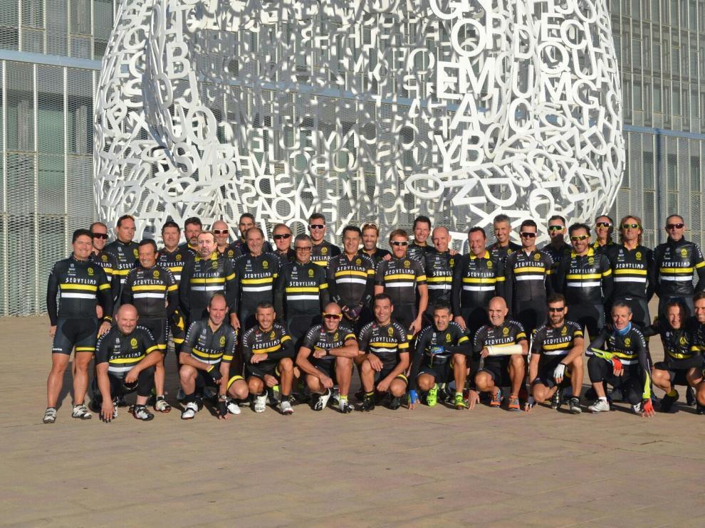 El Club Ciclista Iberia enfrente del Palacio de Congresos de Zaragoza.