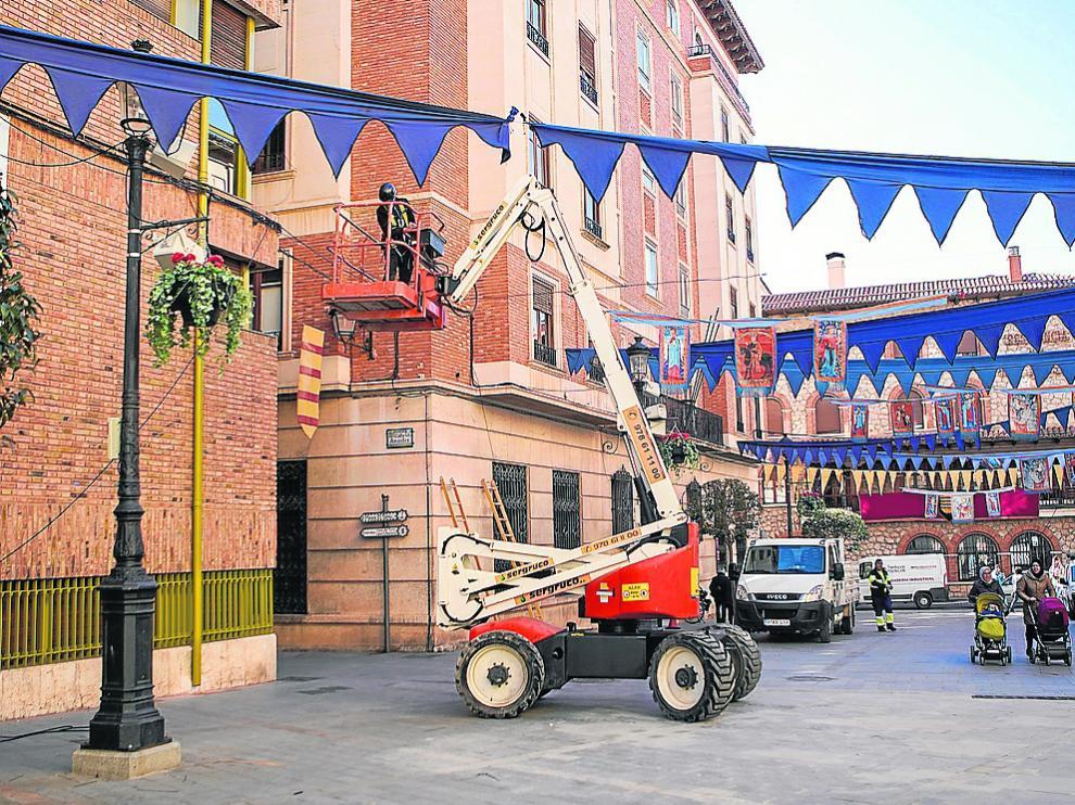 Un operario daba ayer los últimos toques a la decoración festiva desde una grúa.