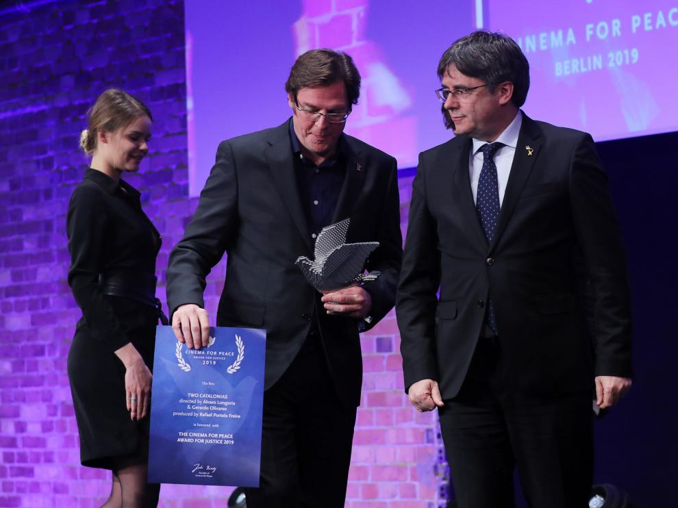 Álvaro Longoria, director de 'Dos Cataluñas', junto a Carles Puigdemont.