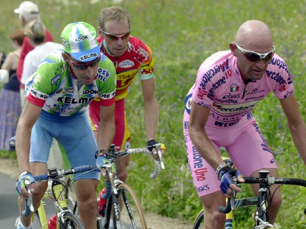 Marco Pantani, con la 'maglia rosa' y Fernando Escartín, a la par en una etapa del Giro de Italia.