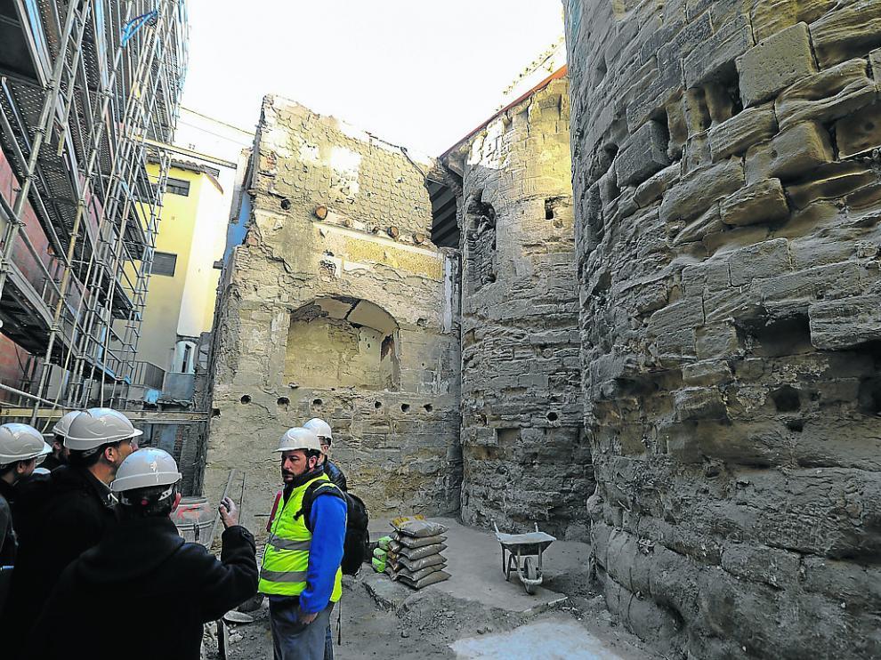 Aspecto de los ábsides de San Pedro el Viejo tras la demolición del último edificio anexo.