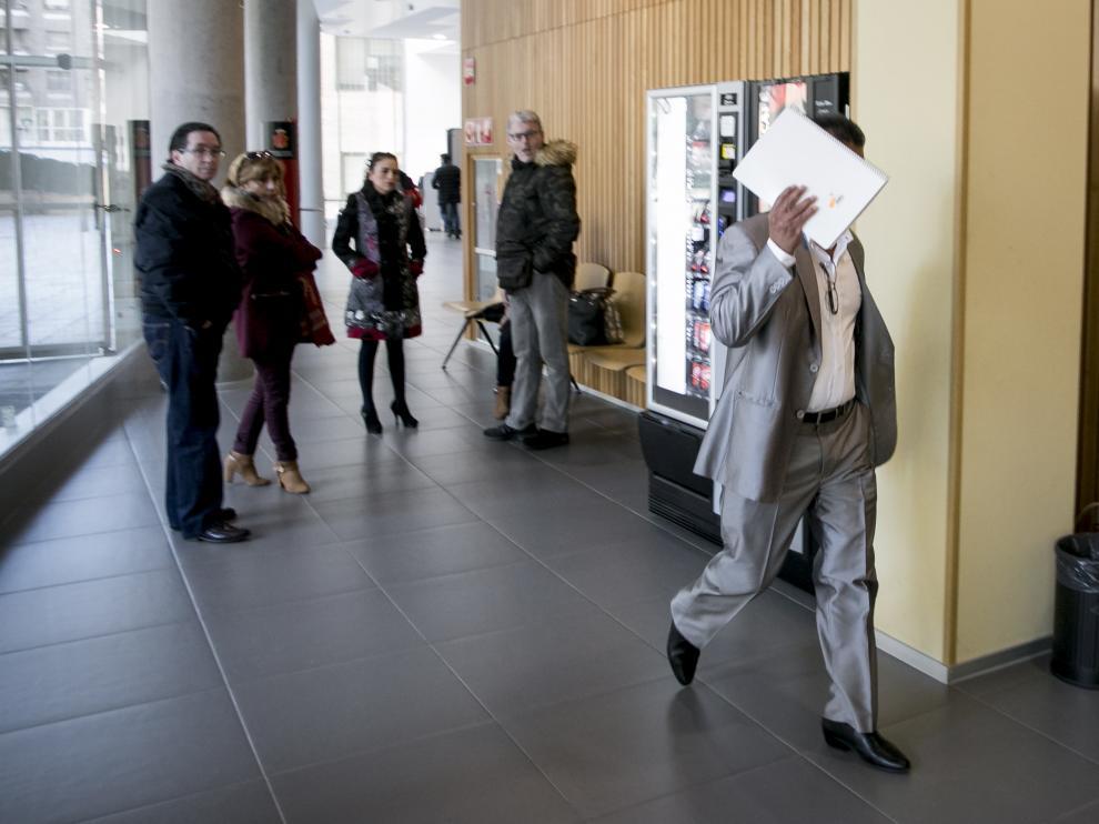 El acusado se tapó ayer el rostro cuando entró a la sala de vista de la Audiencia de Zaragoza.