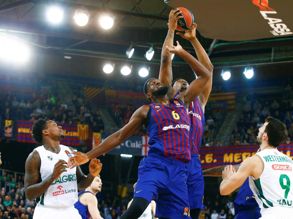 Jugadores del Barcelona Lassa contra los del Zalgiris Kauna, en un partido reciente.