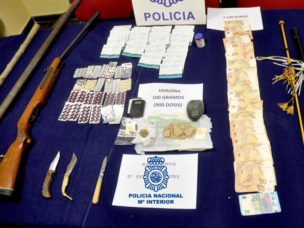 Drogas y arma encontradas por la Policía en casa de los detenidos.