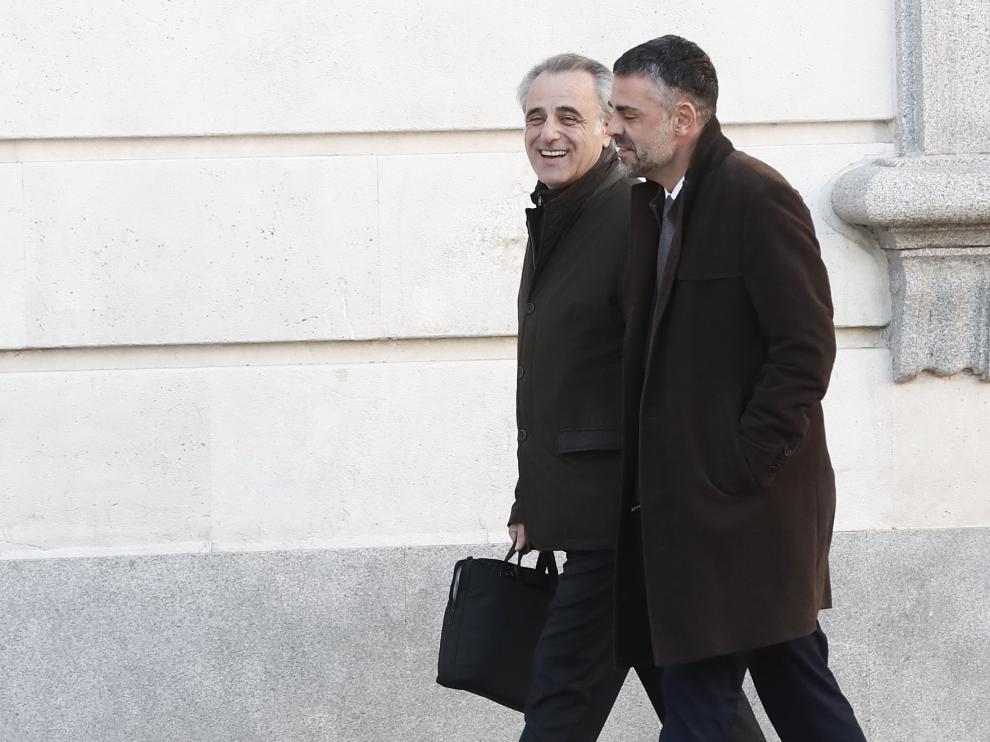 Santi Vila (d) a su llegada al Tribunal Supremo junto a su abogado.