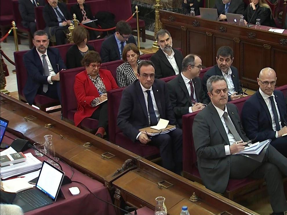 Entre los doce acusados solo uno, Jordi Sánchez (2d), en segunda fila, llevaba en su solapa un lazo amarillo.