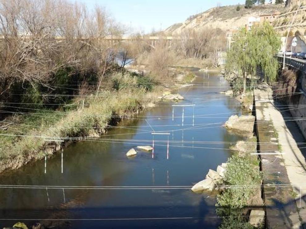 El canal de aguas bravas, en el casco urbano de Fraga.