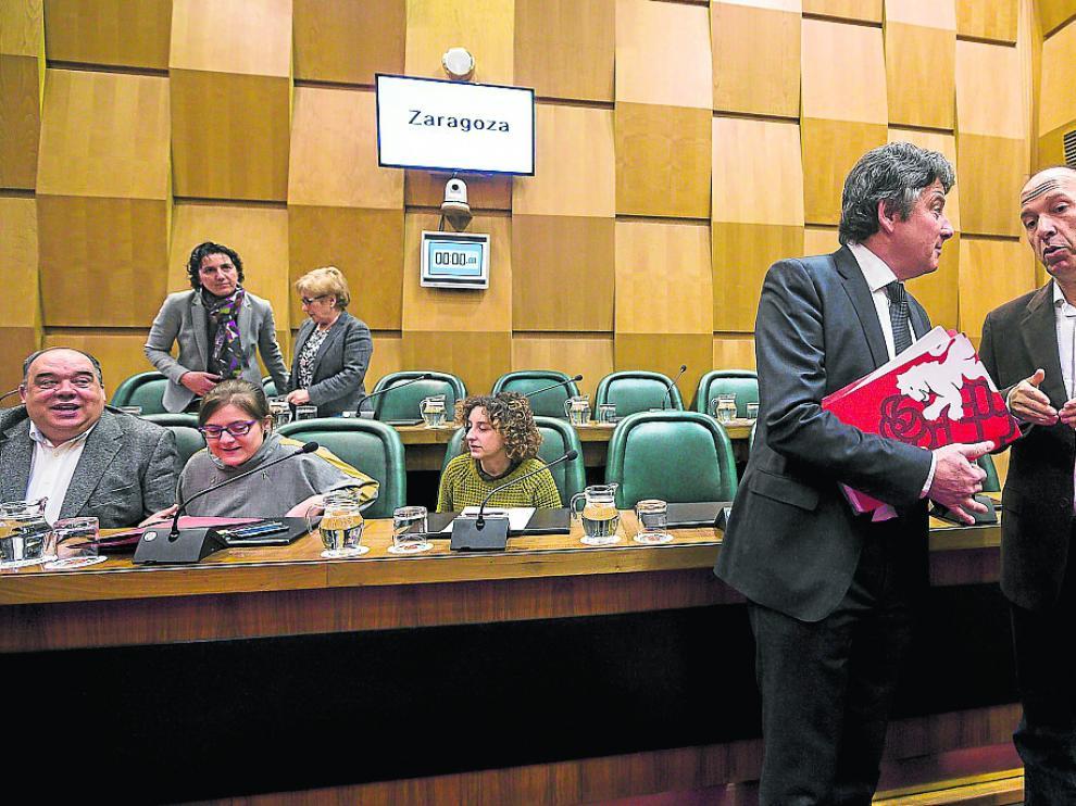 El socialista Javier Trívez, junto al portavoz de CHA, Carmelo Asensio, en un pleno municipal.