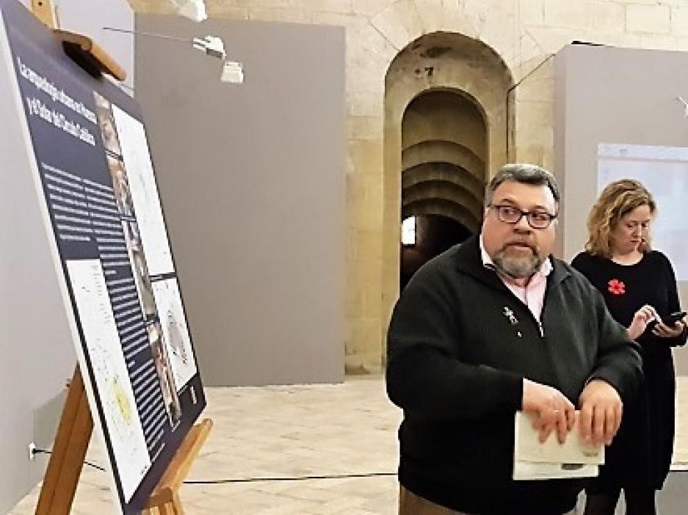 La consejera Mayte Pérez y el alcalde de Huesca, Luis Felipe, han visitado este miércoles la exposición de la Osca romana