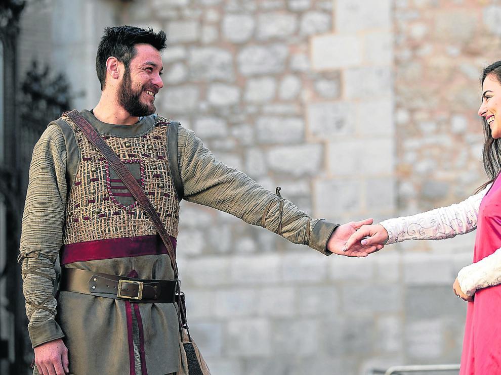 Los actores que dan vida a Diego e Isabel, caracterizados para la recreación, este miércoles en la plaza de la Catedral de Teruel.