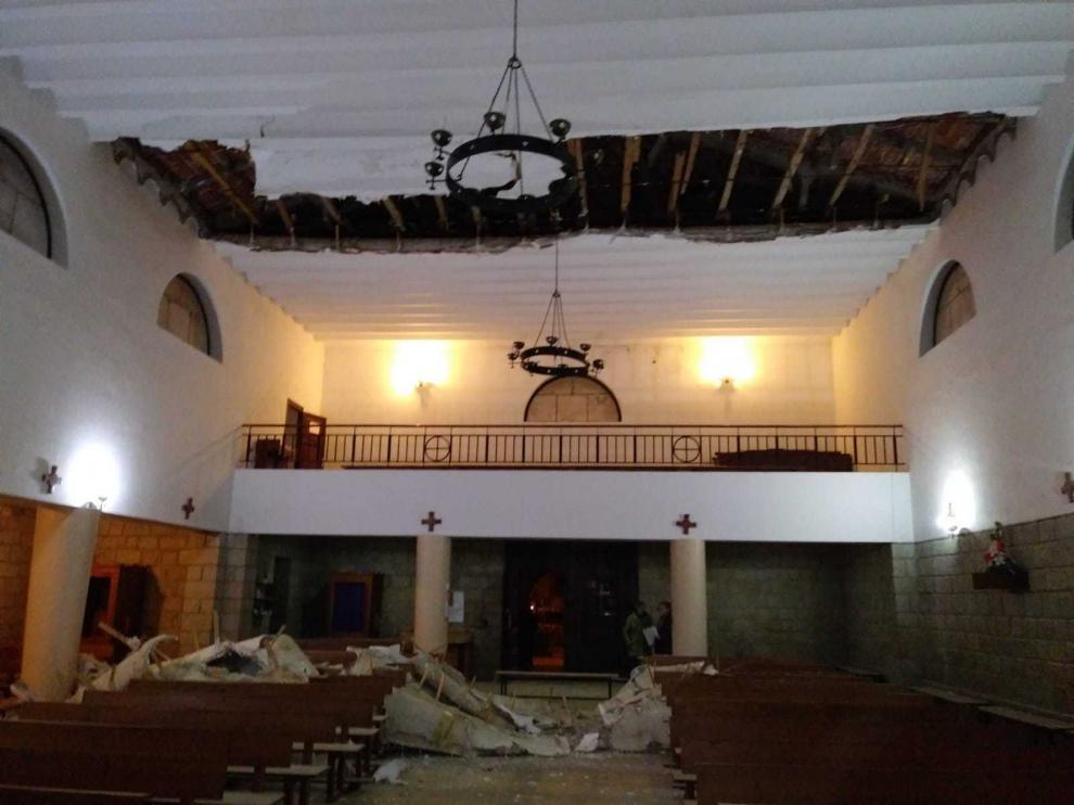 El párroco se encontró así la iglesia cuando acudió el pasado sábado a oficiar la misa.