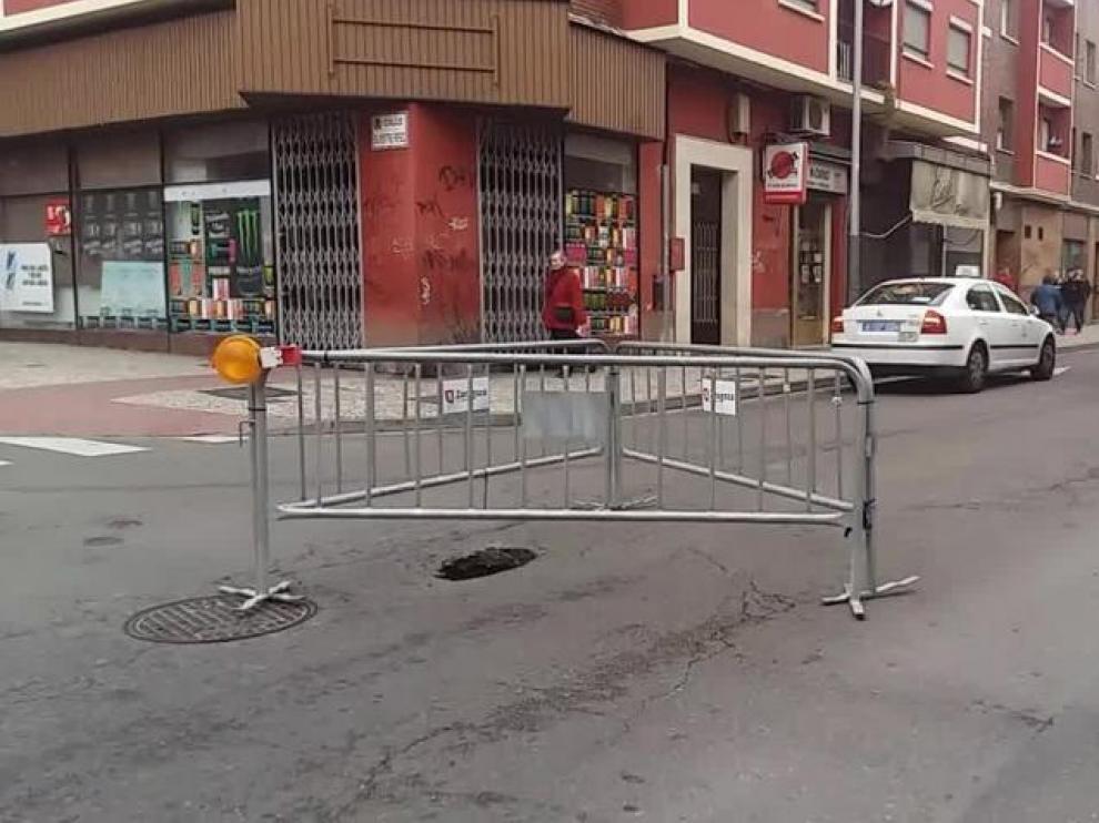 Cortado el carril derecho de la calle de Salvador Minguijón en Zaragoza por un socavón