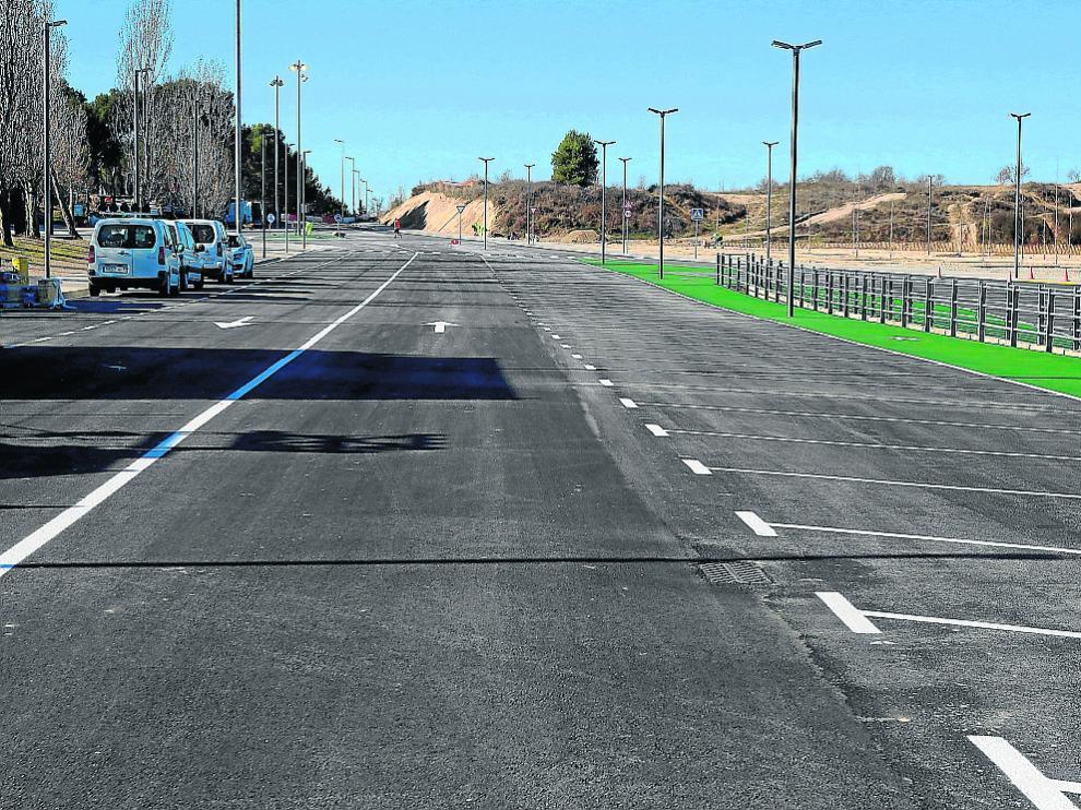 El acceso al Alcoraz tiene dos carriles, aparcamientos laterales y una zona polivalente.