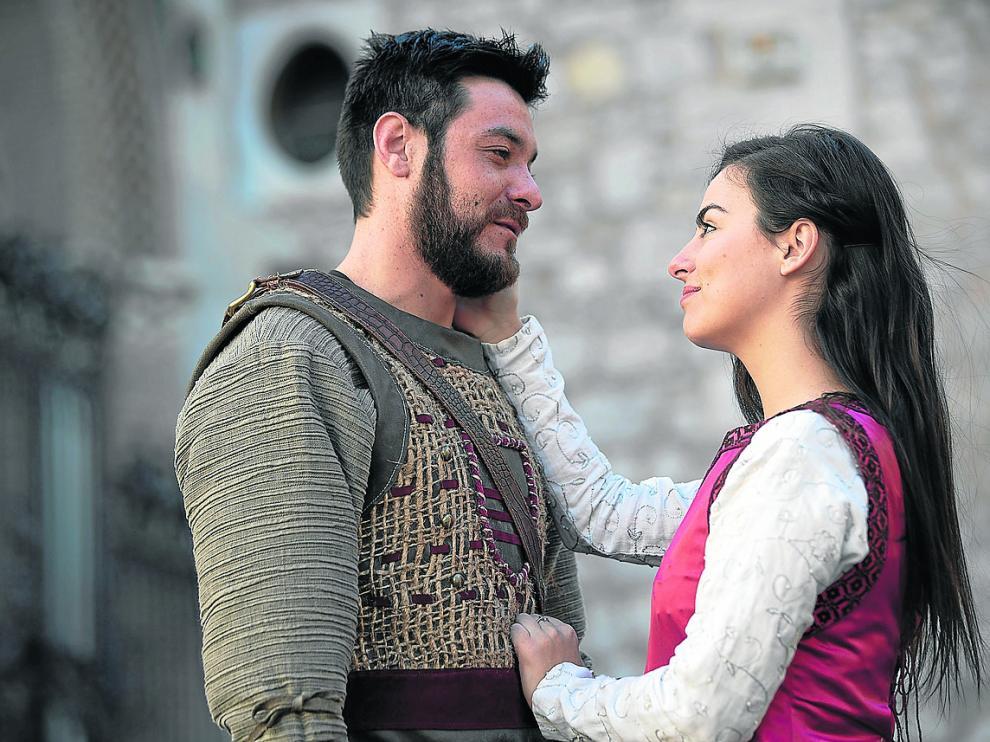 José Miguel Talavera y María Asensio, a la derecha, caracterizados como Diego de Marcilla e Isabel de Segura.