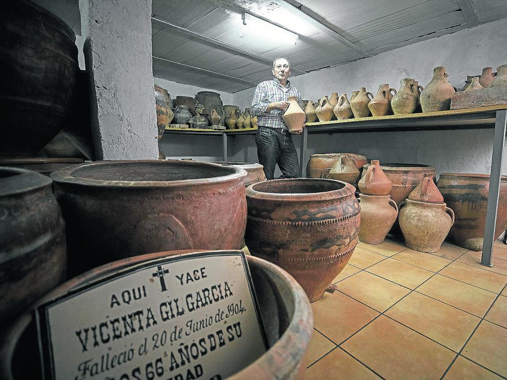 José María Gimeno, con parte de su colección de piezas de barro. En primer plano y a la derecha, antiguas muestras de lápidas.