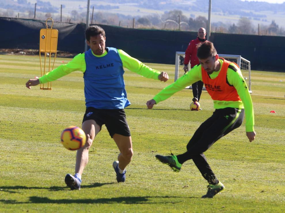 Moi Gómez encuentra la oposición de Etxeita durante el entrenamiento de este jueves.