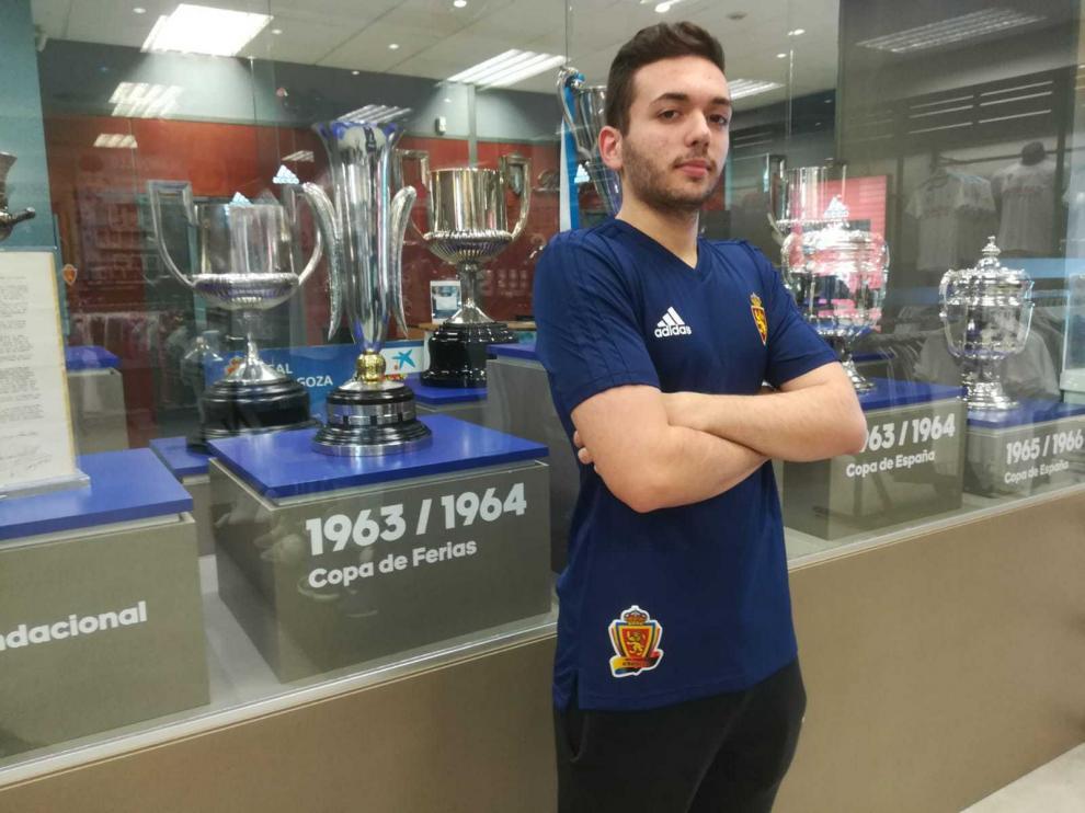 Luis Miguel Morales posa junto a la vitrina de trofeos del Real Zaragoza.