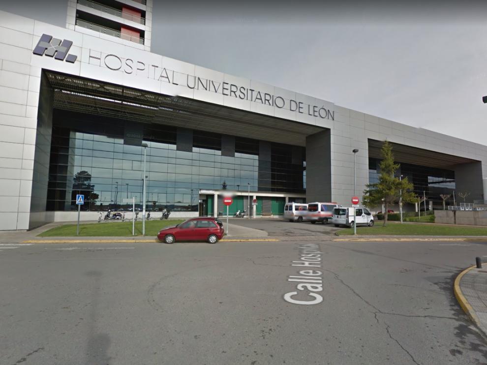 Los agentes de la Policía Local observaron al hombre entrando por su propio pie al Hospital de León mientras sangraba abundantemente por la cabeza.