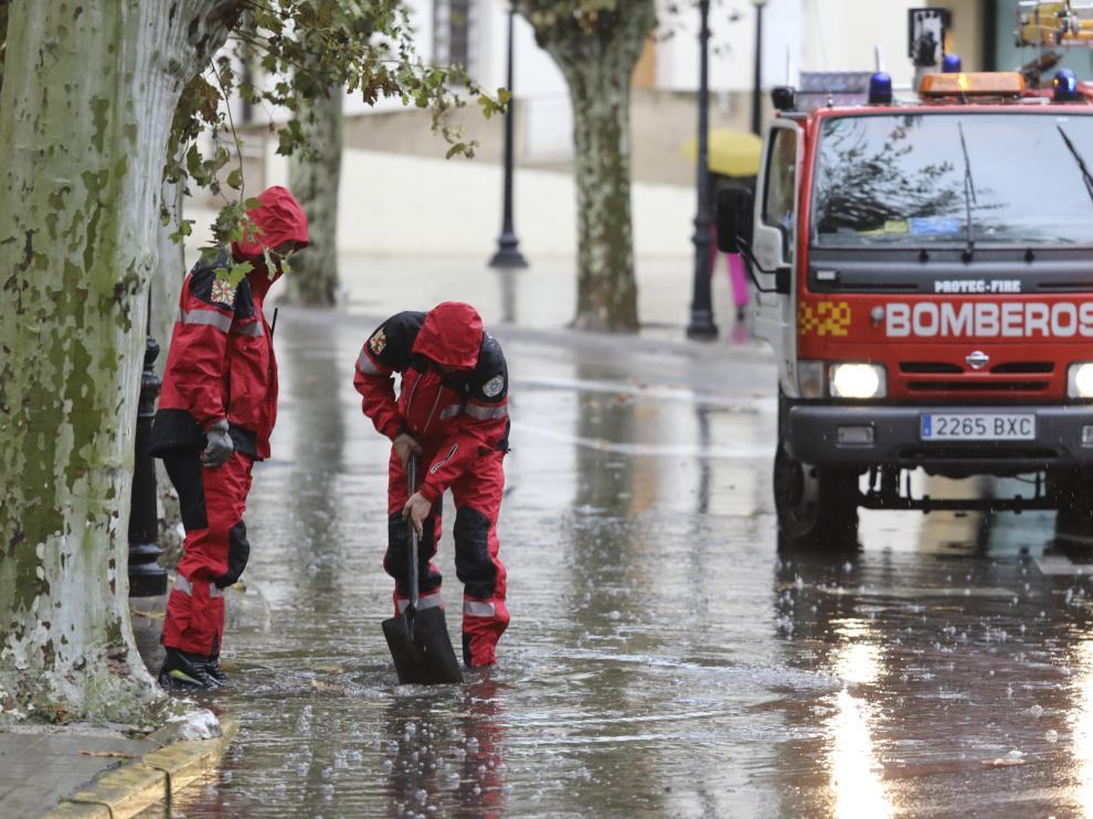 Bomberos de Huesca desatascando un desagüe durante una tromba