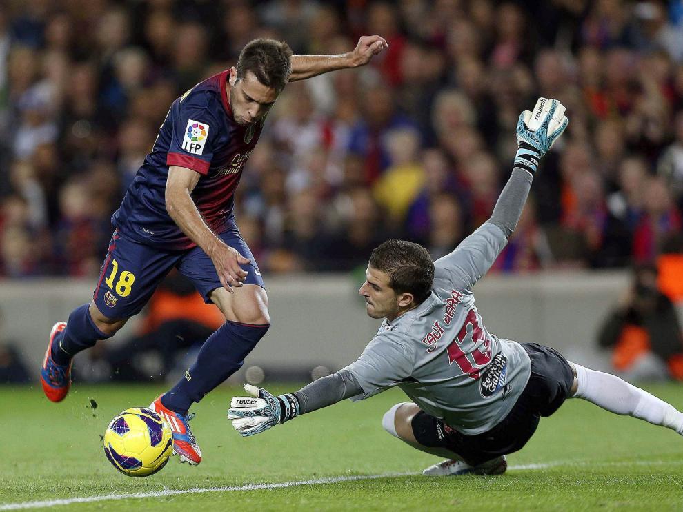 Javi Varas, ante Jordi Alba durante un FC Barcelona-Sevilla.