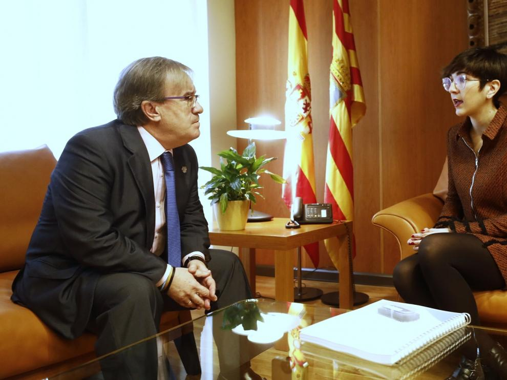Ángel Dolado, Justicia de Aragón, y Violeta Barba, presidenta de las Cortes, este viernes en la entrega del informe del Justiciazgo correspondiente a 2018.
