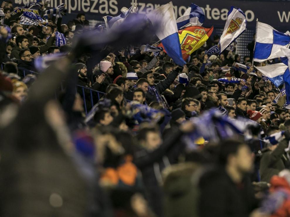 La afición zaragocista, celebrando el triunfo del último partido jugado en La Romareda, con victoria por 2-0 ante el Oviedo: hace ya 22 días días de aquello.