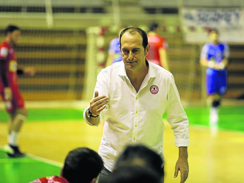José Nolasco, técnico del Bada Huesca, se dirige a sus jugadores.