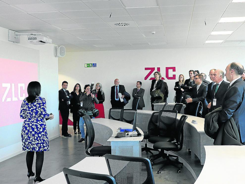 La directora de ZLC, Susana Val, muestra las nuevas instalaciones a los invitados.