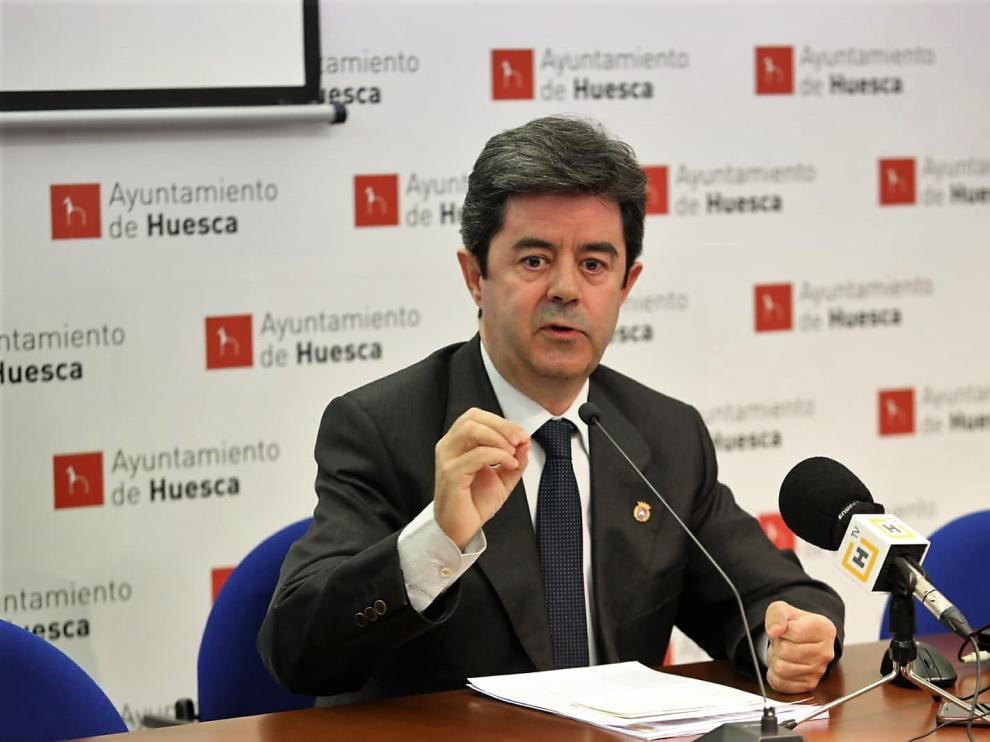El alcalde de Huesca, Luis Felipe, durante la rueda de prensa ofrecida este viernes.