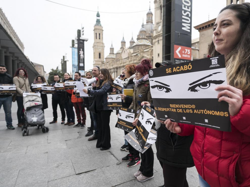 Dos decenas de autónomos se han manifestado este viernes en Zaragoza.