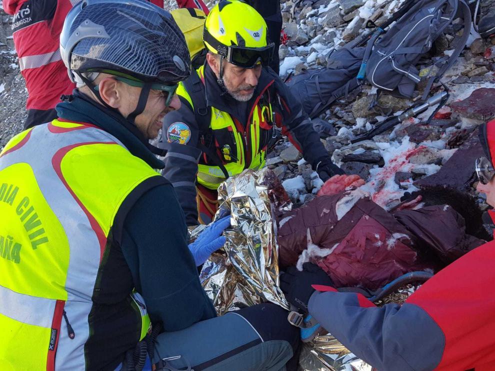 La víctima, tras ser atendida in situ por un médico del 061, fue evacuado en helicóptero hasta el hospital Miguel Servet de Zaragoza.