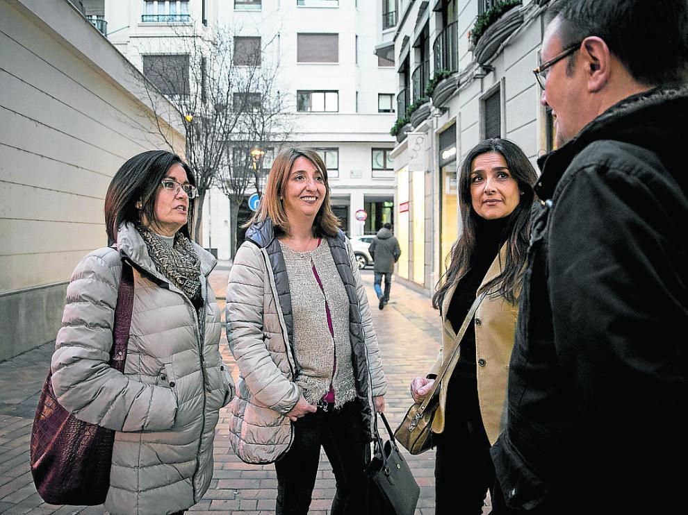 Marta Binaburo, Charo Santamaría y Susana Álvarez charlan con otro padre afectado.
