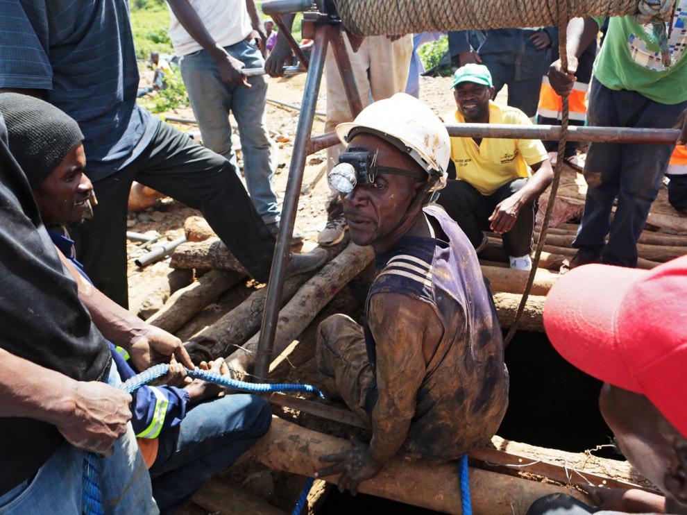 Uno de los ocho mineros rescatados en Zimbabue