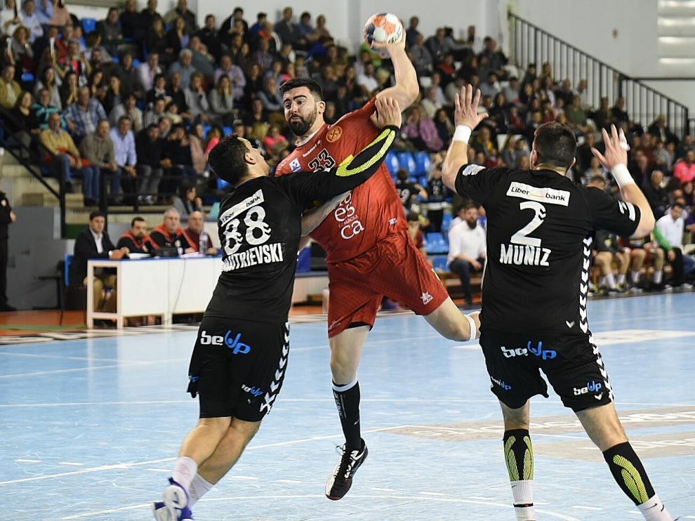 Marcelo, del Bada Huesca, se dispone a lanzar ante dos rivales del Sinfín.