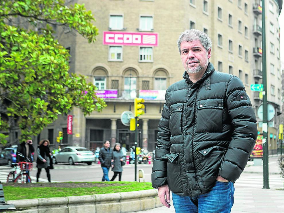 El secretario general de CC. OO., Unai Sordo, frente a la sede del sindicato en Zaragoza.